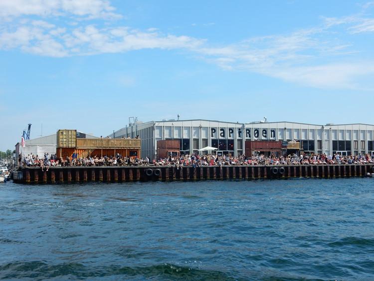 5 Escritórios, incluindo BIG e Kengo Kuma, competem por projeto de novo centro aquático em Copenhague, Os antigos armazéns da Ilha do Papel foram convertidos em lojas de design e um mercado de alimentos de rua. Image © Flickr user bethmoon527. (CC BY-NC 2.0)