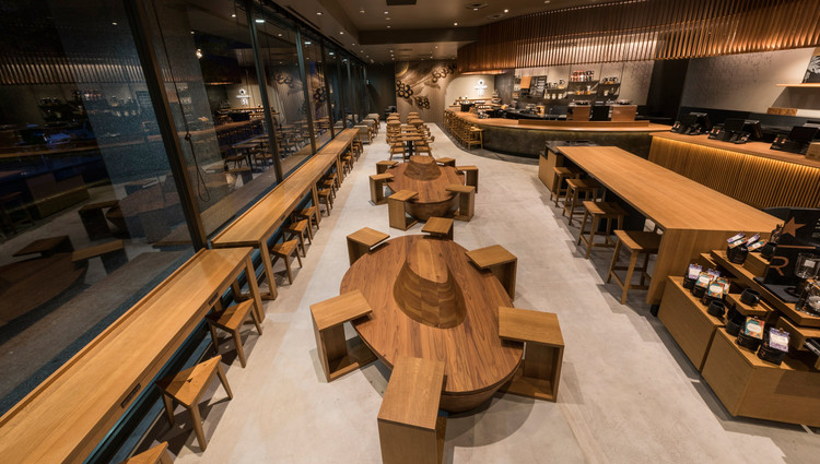 "Como o Starbucks utiliza BIM e VR para trazer aspectos locais aos seus estabelecimentos no Japão, O Starbucks de Sanjo Karasuma em Kyoto foi reformado e reaberto em Setembro de 2016. The latest coffee flavors are presented within an aesthetic incorporating the concept of ""beauty in simplicity"" espoused by tea master Enshu Kobori. Imagem Cortesia de Starbucks Japão"
