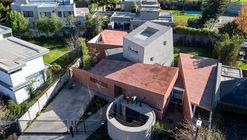 Casa entre Patios / Enrique Browne + Tomás Swett