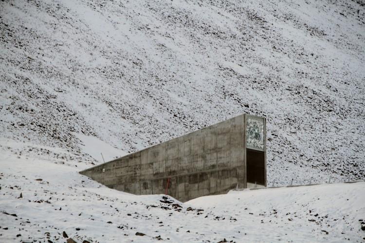 Cofre com sementes de todo o mundo é inundado após altas temperaturas na Noruega, © <a href='https://commons.wikimedia.org/wiki/File:Svalbard_seed_vault_IMG_8751.JPG'>Wikimedia user Bjoertvedt</a> licensed under <a href='https://creativecommons.org/licenses/by-sa/3.0/deed.en'>CC BY-SA 3.0</a>