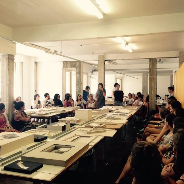 O ensino da arquitetura ou a crise silenciosa / Ciro Pirondi, Estudantes no Estúdio Vertical, aula do 2º ano. Image © Divulgação Escola da Cidade