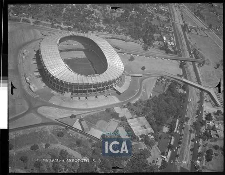 La sociedad mexicana y el futbol se reflejan en el Estadio Azteca de Pedro Ramírez Vázquez, Cortesía de Acervo Histórico Fundación ICA, Fondo Aerofotográfico Oblicuas, 1968.