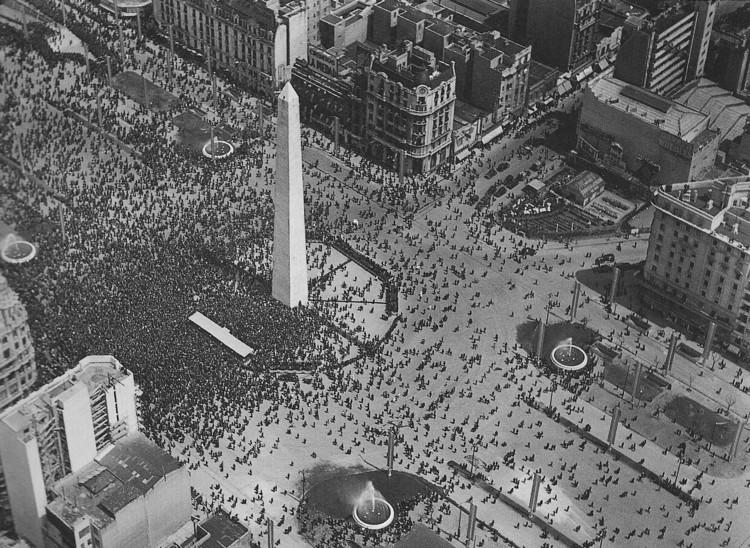 21 Proyectos urbanos que se propusieron en la historia de Buenos Aires, Inauguracion primer tramo Av 9 de Julio en 1937 - Autor: Juan di Sandro. Image vía Wikipedia User: Abuelodelanada Licensed Under Public Domain