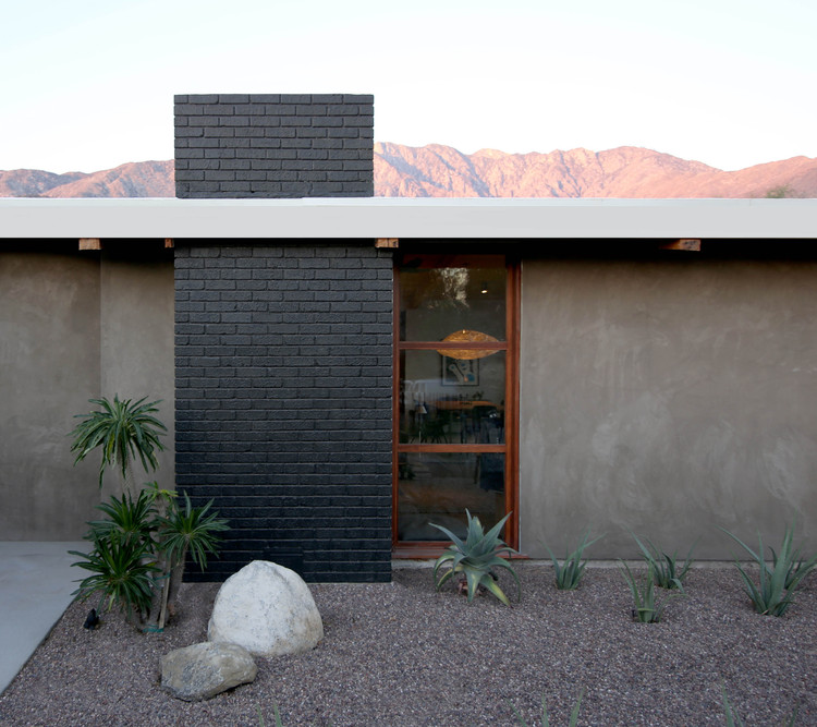 Chino Canyon Residence / Hundred Mile House, © Lance Gerber