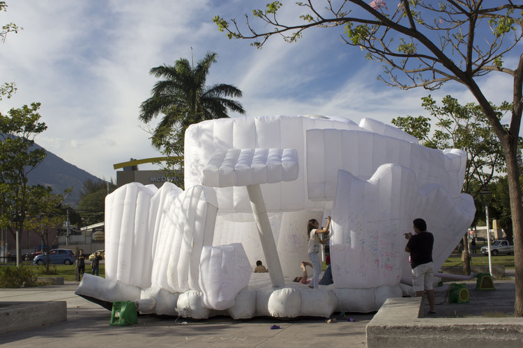 GuggenSITO, una infraestructura cultural inflable navega por Latinoamérica, © Eder Castillo