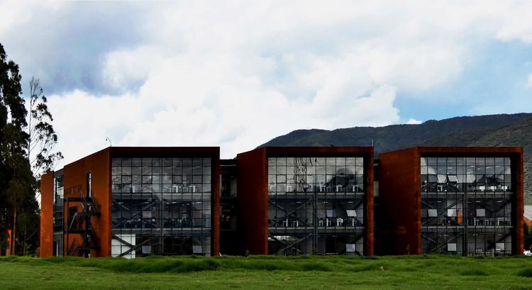 """Edificio de Laboratorio """"I"""" / AGRA Anzellini Garcia-Reyes Arquitectos, © Claudia Betancur y Martin Anzellini"""