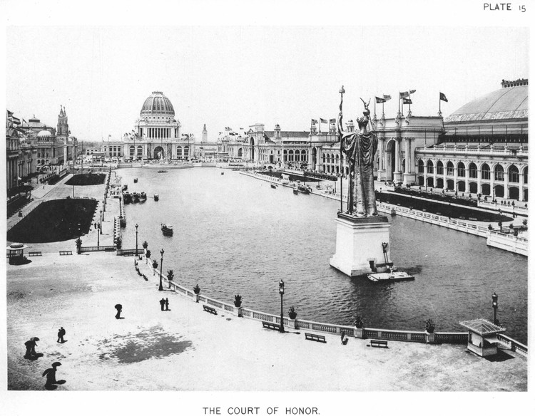 AD Classics: World's Columbian Exposition / Daniel Burnham and Frederick Law Olmsted, Viewed from the far end of the Great Basin, the Administration Building looms over the court of honor and the surrounding great buildings of the fair. ImageCourtesy of Wikimedia user RillkeBot (Public Domain)
