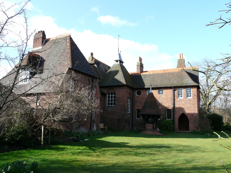 AD Classics: Red House / William Morris and Philip Webb, The L-shaped footprint of the building allows it to focus in on the garden. ImageCourtesy of Flickr user Gabrielle Ludlow (licensed under CC BY-NC-ND 2.0)