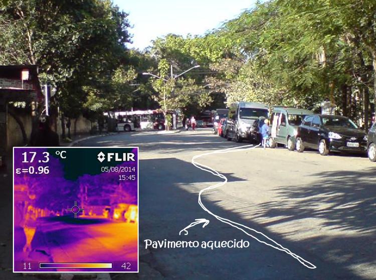Calçadas sombreadas e pavimentadas com materiais claros, que refletem a luz solar evitam as ilhas de calor. Foto: FAU/USP. Image Cortesia de TheCityFix Brasil