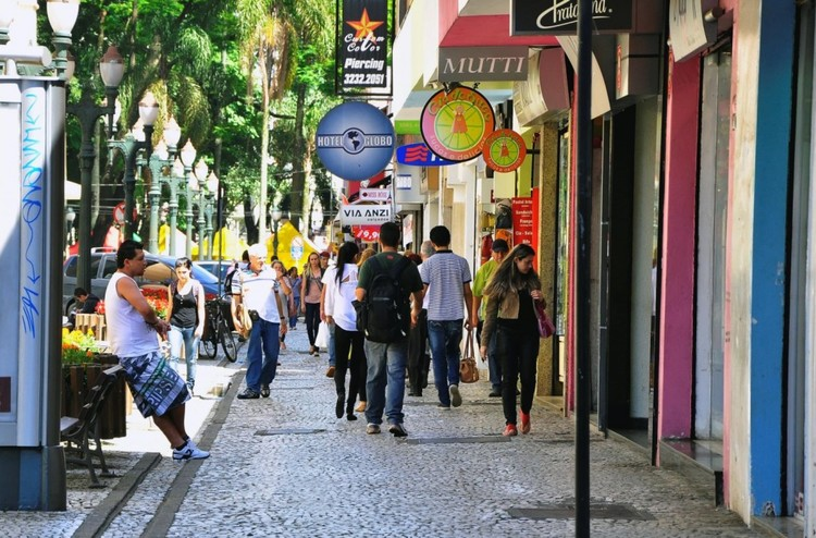 Fachadas variadas, contínuas e transparentes integram espaço público e privado, aumentando a sensação de segurança dos pedestres. Foto: Mariana Gil/ EMBARQ Brasil. Image Cortesia de TheCityFix Brasil