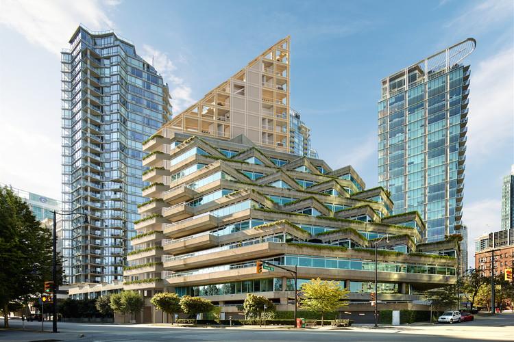 Shigeru Ban Architects diseña en Vancouver el edificio en madera híbrida más alto del mundo, Terrace House junto al Evergreen Building (1978) de Arthur Erickson. Image Cortesía de PortLiving