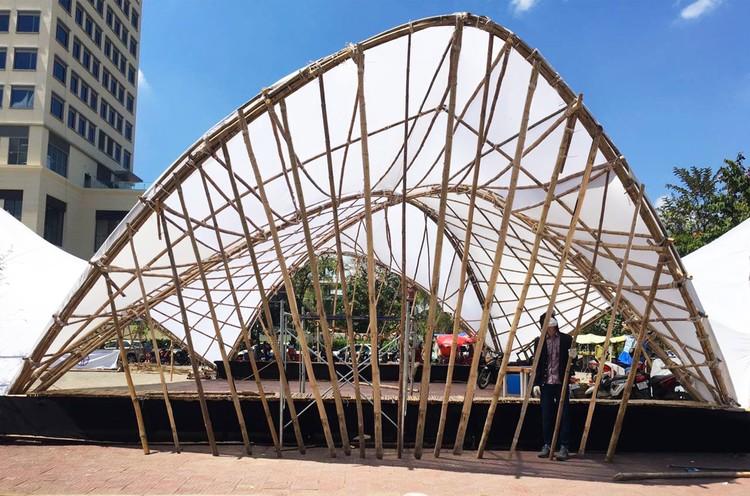 El bambú muestra su flexibilidad en este pabellón hiperbólico, Cortesía de Building Trust International