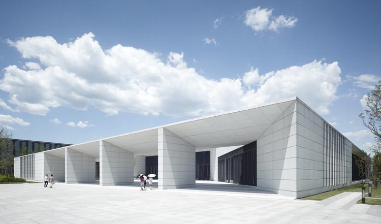 Edificios de la Fábrica Tecnológica Huawei / gmp Architekten, Entrada de la cantina. Imagen © Christian Gahl