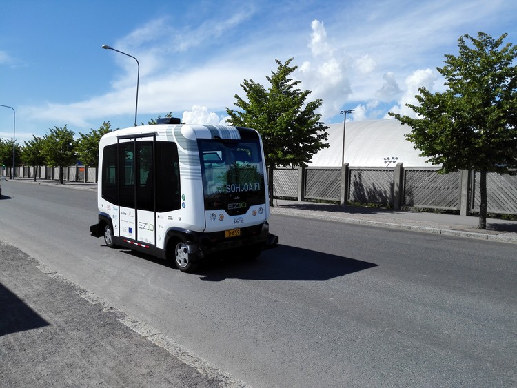 Helsinki iniciará la operación de 'RoboBus', su primera línea de buses públicos sin conductores, Autobus autónomo realizando pruebas en Helsinki en 2016. Image © Matias Lehmusjärvi/Metropolia