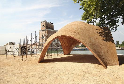 Bóveda del aeropuerto para drones en la Bienal de Venecia 2016 / Carlos Martín. Image Cortesía de Premios