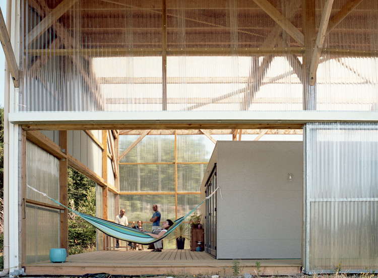 Let light in 17 projects using polycarbonate archdaily - Hangar maison ...