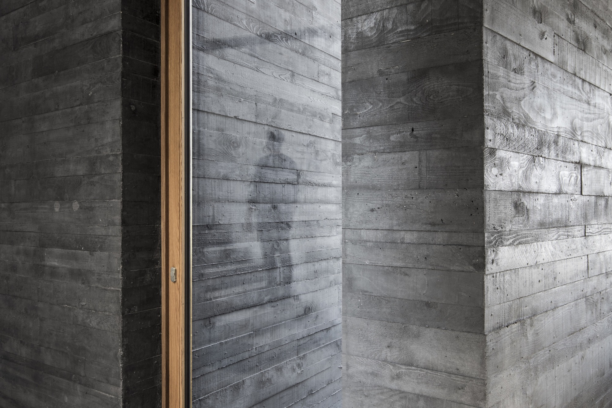 Black Concrete How Attilio Panzeri Creates Contrast With A - Casavia tile