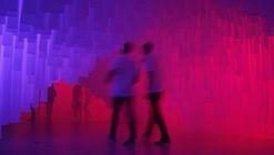 Estudiantes intervienen Málaga con una cueva de tela para celebrar la Noche en Blanco