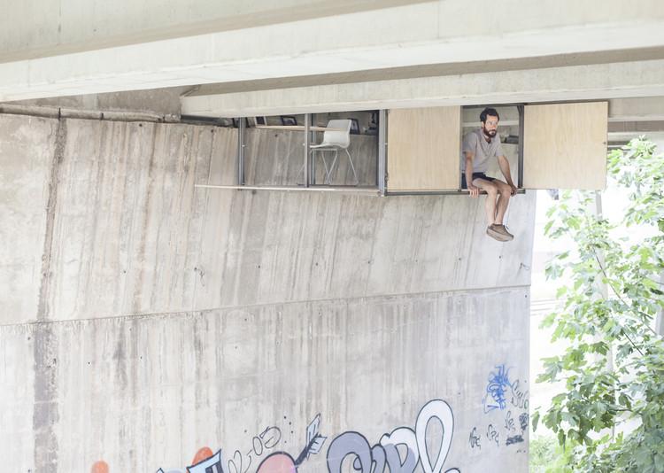 Esta instalación invita a refugiarse en los intersticios de un puente existente, © Jose Manuel Pedrajas