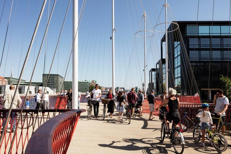 ¿Te interesa aprender sobre ecodiseño de ciudades? Toma este curso gratuito online, Puente Cirkelbroen, proyecto peatonal de Studio Olafur Eliasson en Copenhague. Image © Anders Sune Berg