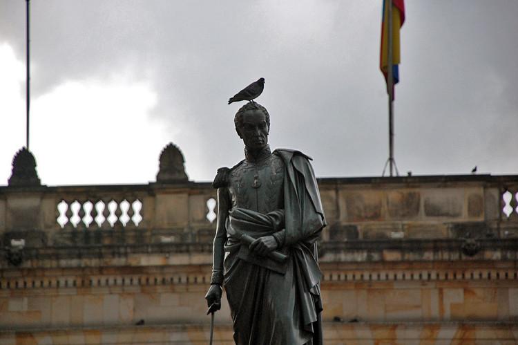 Bogotá quiere que adoptes un monumento para conservar su patrimonio público, Estatua de Simón Bolívar en la Plaza de Bolívar, Bogotá. Image © ollie harridge [Flickr], bajo licencia CC BY 2.0