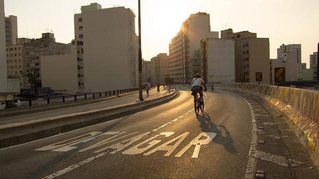 """Prefeitura de São Paulo avalia projeto para Minhocão com parque, """"praia"""" e restaurantes, © Capitu (ou Marcela), via Flickr. Licença CC BY-NC 2.0"""