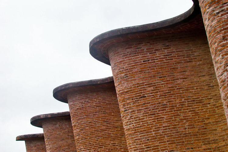 Tres obras de Eladio Dieste son declaradas monumentos históricos en Uruguay, Detalle de la Iglesia del Cristo Obrero, uno de los proyectos de Dieste donde mejor se expresa la plasticidad del ladrillo y su manejo de la luz. Image © FéRmiN [Flickr], bajo licencia <a href='https://creativecommons.org/licenses/by-sa/2.0/'>Creative Commons</a>