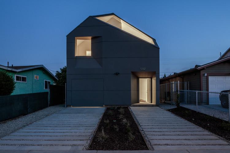 Casa IVRV / Habitat for Humanity Los Angeles + Darin Johnstone, © Joshua White