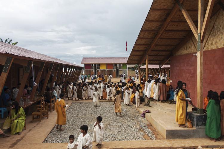 10 ejemplos de diseño social que ponen al frente a la comunidad, Escuela en Chuquibambilla. Image © Paulo Afonso / Marta Maccaglia