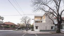 Corner House / Nicolás Pinto da Mota + Victoria María Falcón