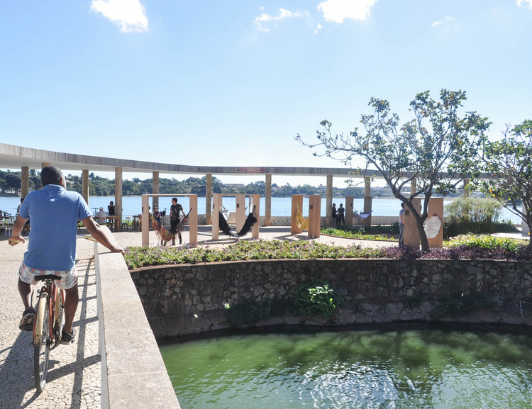 """Exposição """"A Cidade e o Ócio"""" na Pampulha, Vista da área externa da Casa do Baile, com os módulos interativos. Foto: Bárbara Fonseca"""