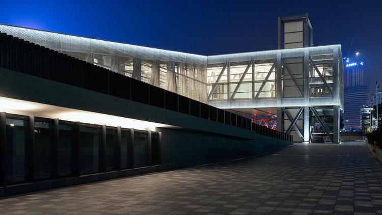 Como o primeiro projeto do OMA em Xangai atua como um elemento de conexão na cidade, © OMA