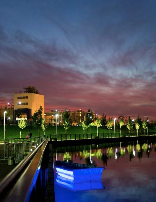 Iluminación del Parque Fluvial Renato Poblete ofrece una experiencia completamente nueva del Río Mapocho, © Maria Cirano