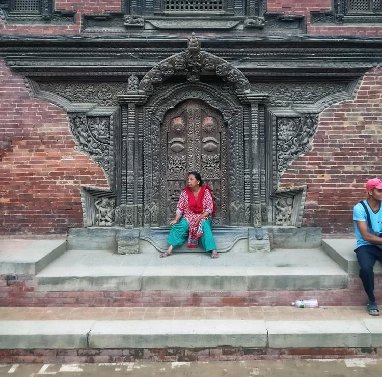 """""""Doors of Kathmandu"""" registra os espaços de socialização da capital do Nepal, Patan Darbar Square. Image © Nipun Prabhakar"""