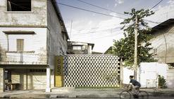 Casa entre blocos / Natura Futura Arquitectura
