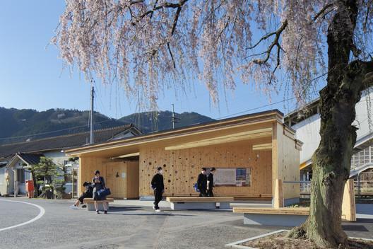 """KITERASU"" Edificio modelo en CLT en la estación Kuse / ofa"