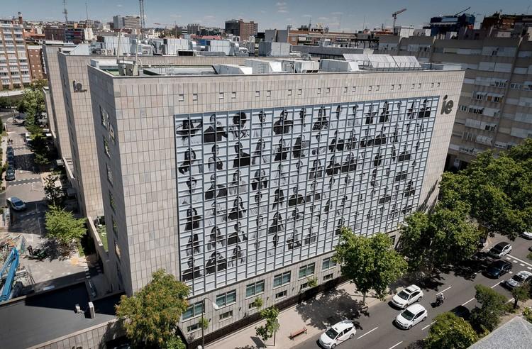 84 retratos fotográficos cubren la fachada de este edificio en Madrid, La más reciente fotografía urbana de JR, esta vez en Madrid. Image Cortesía de IE University