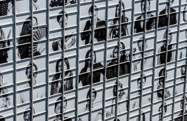 """¿Cuál es el rostro de la ciudad?, """"Inside Out"""" de JR en Madrid. Image © IE University"""