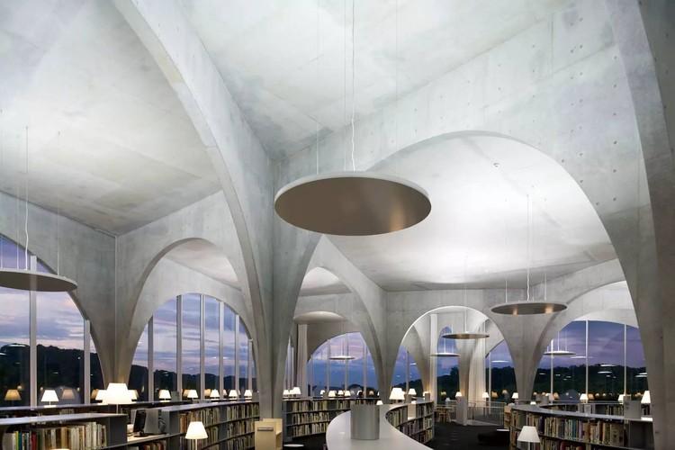 Toyo Ito recebe a medalha de ouro da União Internacional dos Arquitetos pelo conjunto da obra, Biblioteca Tama Art University / Toyo Ito & Associates. Image © Iwan Baan