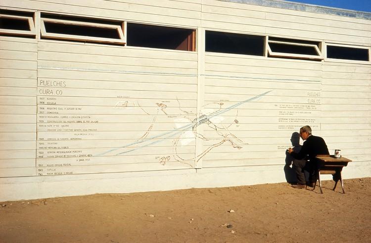 Alberto Cruz: El cuerpo del arquitecto no es el de un solo hombre, Travesía de Amereida. Alberto Cruz en Escuela de Puelches, 27 de agosto de 1965. Archivo Histórico José Vial Armstrong, PUCV.
