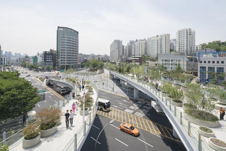 """Cinco cidades que criaram seus """"highlines"""" em vias de transporte abandonadas, Viaduto da Estação de Seul transformado em parque elevado. Image © Ossip van Duivenbode"""