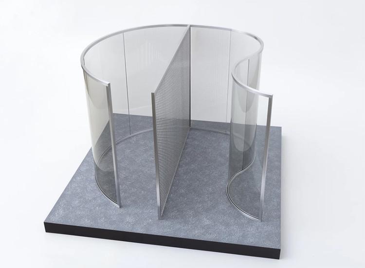 Exposição individual de Dan Graham na Galeria Nara Roesler, Dan Graham, sem título, 2016 vidro espelhado de 2 faces, alumínio, MDF e acrílico, 71 x 107 x 107 cm. Image Cortesia de Galeria Nara Roesler