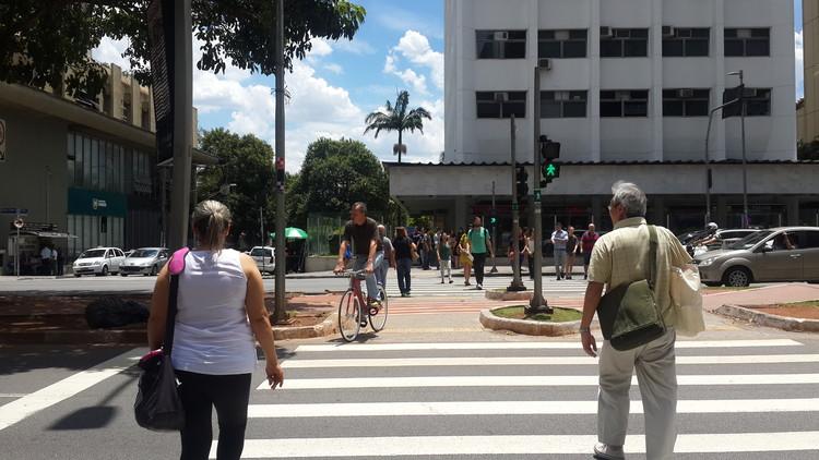Cidades mais ativas e segurança viária, Travessia de pedestres na Avenida Faria Lima, em São Paulo. Image © Cidade Ativa