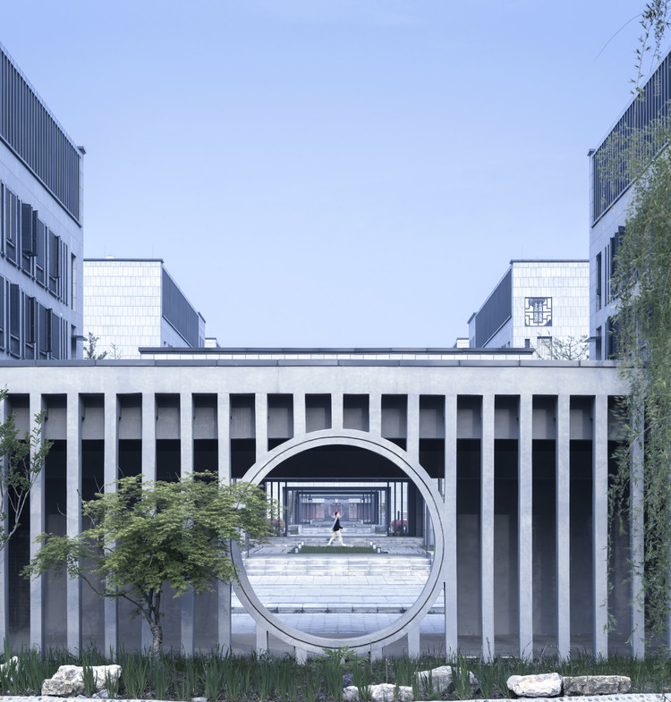 Hall of Literature & Garden at Taizhou High School / Architectural Design & Research Institute of SCUT, © Li Yao