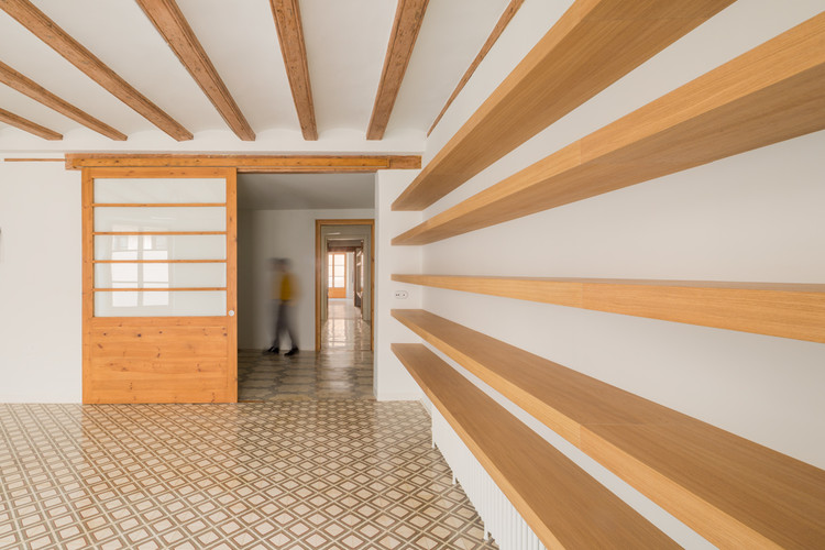 The bookcase nook architects archdaily the bookcase nook architects nieve i productora audiovisual ccuart Images
