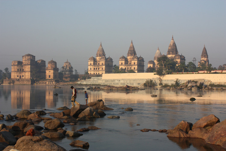 Behind India's Ambitious Plan to Create the World's Longest River, The town of Orchha on the banks of the Betwa River, India. Image © <a href='https://www.flickr.com/photos/azwegers/6309463151'>Flickr user Arian Zwegers</a> licensed under <a href=' https://creativecommons.org/licenses/by/2.0/'> CC BY 2.0</a>