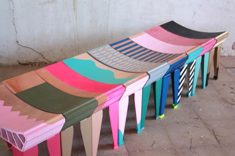 A partir de sencillos elementos, ENORME Studio genera un mobiliario inspirado en la monarquía romana, © ENORME Studio