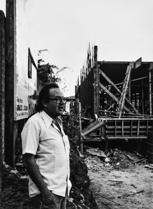 Segundo livro da série Arquitetura Brasileira revela trajetória do arquiteto Abrahão Sanovicz, Abrahão durante a obra da Residência Abrahão Sanovicz, Butantã, São Paulo SP, 1976