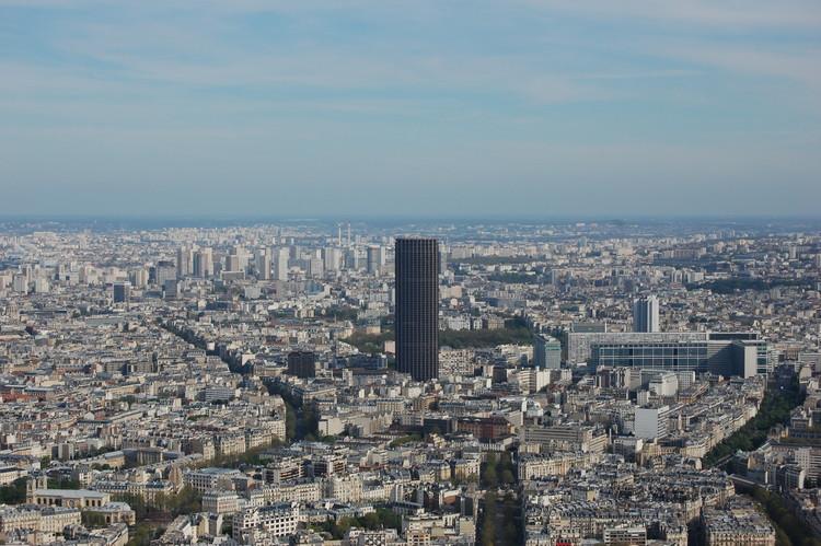 Studio Gang e nAOM selecionados como finalistas para redesenhar a Torre Montparnasse em Paris, © Flickr user <a href='http://https://www.flickr.com/photos/chagiajose/2472909152/in/photolist-4LwiJG-TXcy2i-apaprx-nUefbb-dYZTk9-Uw3d5J-Egtc8u-sg1RU-hQUSkJ-8cS5Nx-7hcDwH-RND2eC-4t3s4X-dBV7pi-S3RSGn-cyjo71-sdwZYf-7bW6FG-zxBK7-5S2idP-mRUh4D-k5uJ16-sg1rV-MzfmA-sg3am-sg32Z-o77Vfu-btdtEs-pnAFrK-cx4smS-4yB5xs-k5vwfR-f9B5w6-8LnVbt-7Hh8Kn-SDm6c4-28F9us-fq1ohj-RoNfd7-f9DGvn-rc25NB-34drg4-34i1eU-UemyC2-mZu7JC-8vGir1-cFwZTm-jmLLVe-8JwF6h-7PtiSn'>chagiajose</a>. (CC BY-SA 2.0)