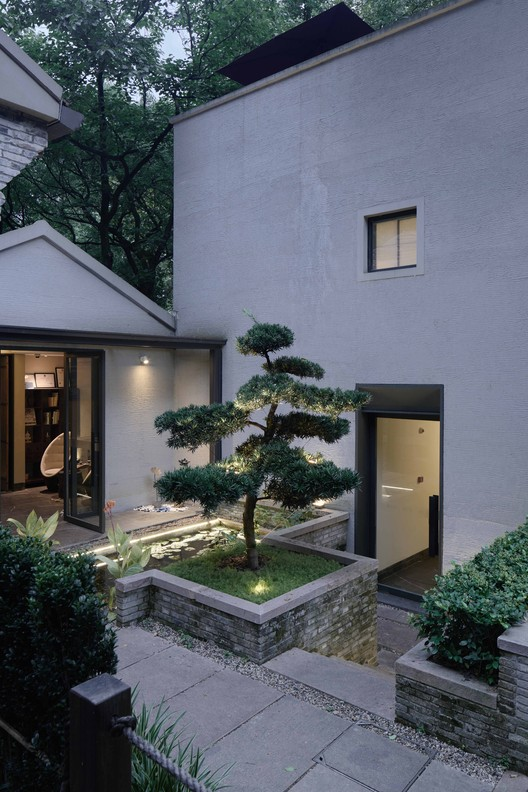 Courtyard and entrances. Image © Aoguan Performance of Architecture